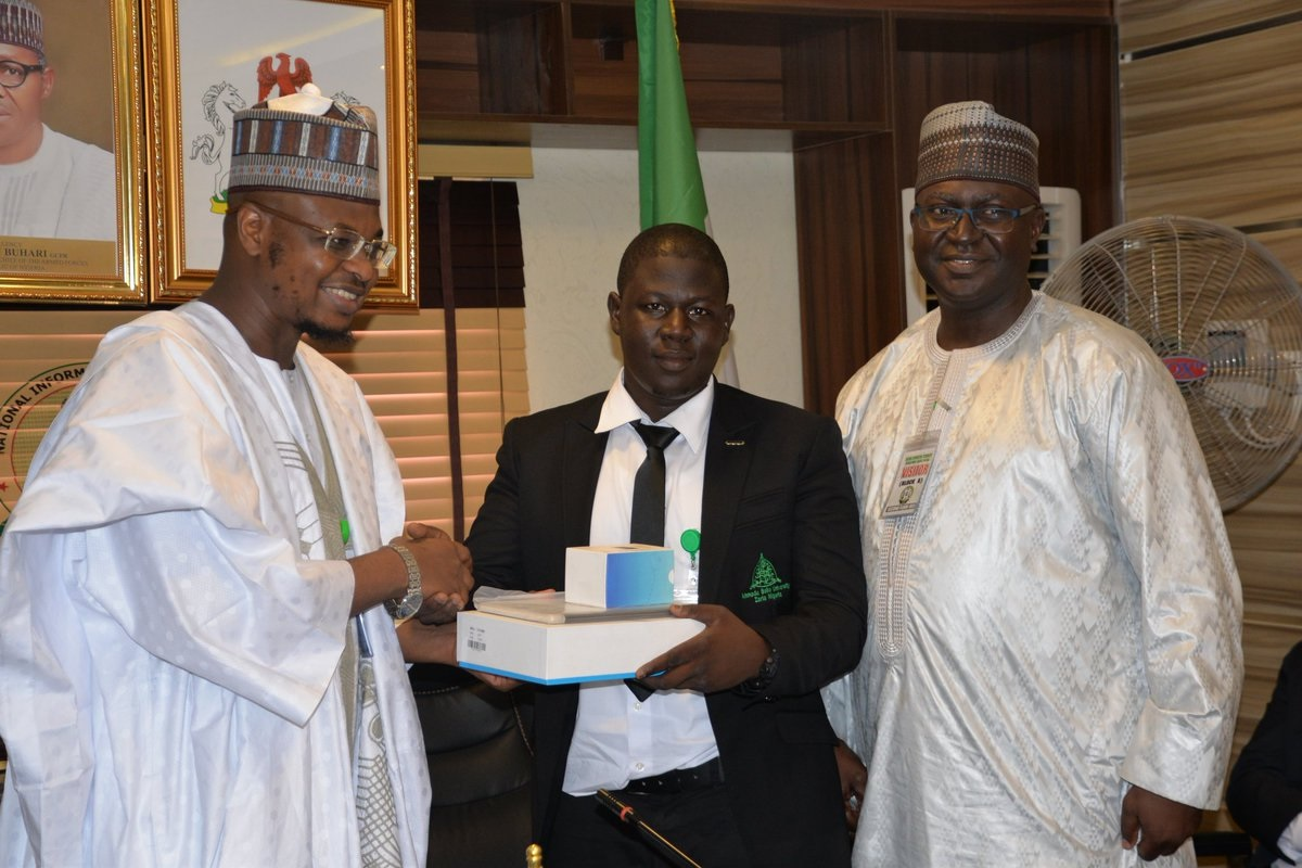 Abdulqadir Babagana Musa (500L Electrical Engineering) receiving the award